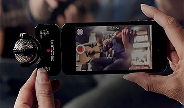 Man filmt met zijn smartphone dankzij een geheugenkaart