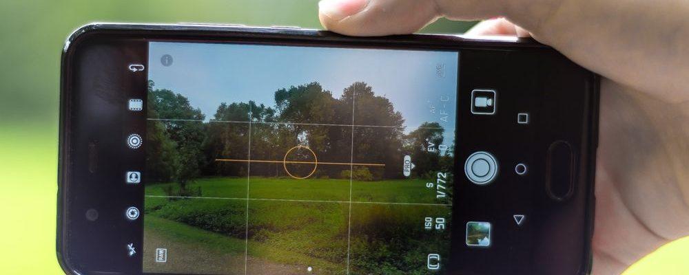 Iemand maakt een foto met zijn smartphone