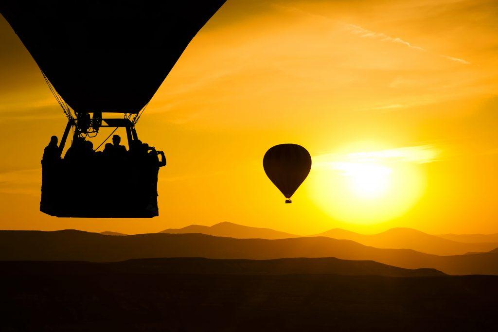 Warme lucht ballon met een ondergaande zon op de achtergrond voor een SD kaart.