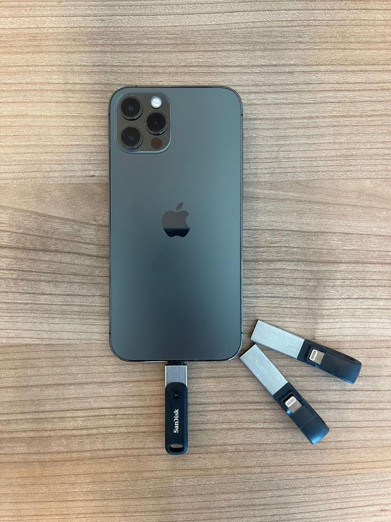 Een Apple iPhone 12 Pro met iXpand Flashdrives
