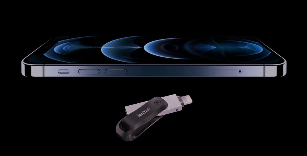 De SanDisk 128GB ixpand flashdrive GO USB 3.0 uit de verpakking met de nieuwe iPhone 12 Pro.